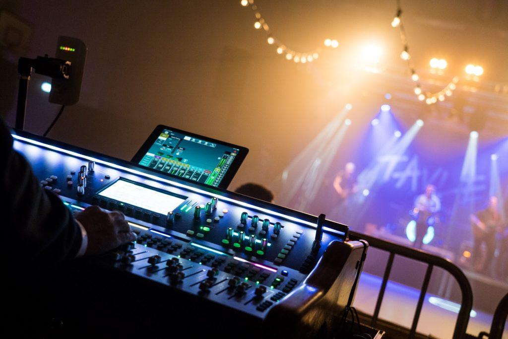 Lyspult og scene set bagfra til Tavlen Festival